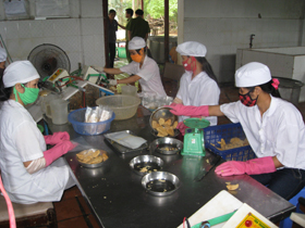 Công ty CP Nông lâm nghiệp Kim Bôi (xã Thanh Nông -Lạc Thuỷ) chưa làm tốt việc tập huấn kiến thức VSATTP cho nhân viên.